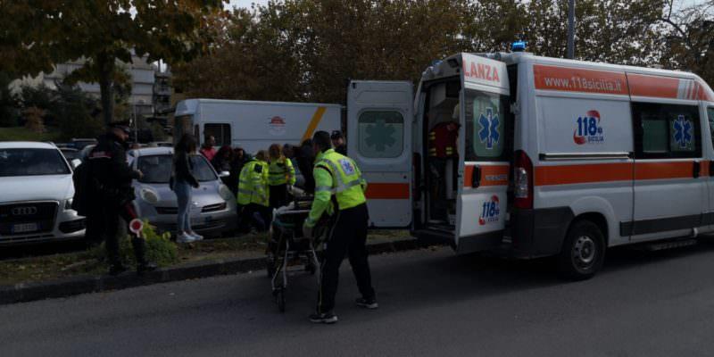 Tragedia sfiorata nel Catanese, 24enne sprofonda in un tombino: trasportata in ospedale