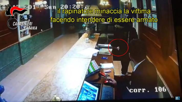 """Catania, rapina albergo di via Platamone e fugge: 41enne arrestato sul """"Librino Express"""" – VIDEO"""