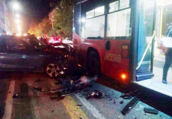 Auto si schianta contro bus: paura tra i passeggeri