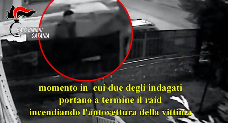 Incendia l'auto della ex con l'aiuto di 2 complici nel Catanese: scattano le misure cautelari – VIDEO
