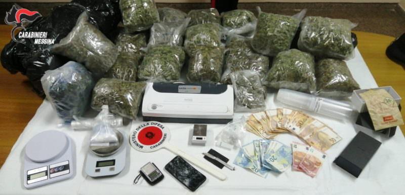 Casa della droga nel quartiere: armadi, borse e finestre nascondevano chili di stupefacente