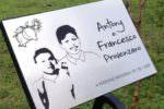 """Tragedia sulla A29, una targa per ricordare Antony e Francesco nel giardino della scuola: """"La loro presenza sarà sempre in mezzo a noi"""""""
