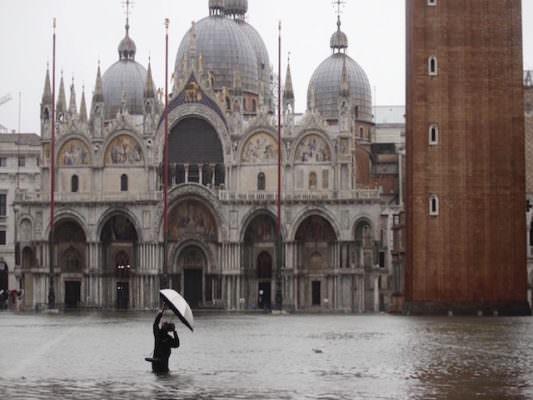 Venezia in ginocchio, la paura cresce insieme al livello dell'acqua: nuova allerta con un picco di 160 centimetri