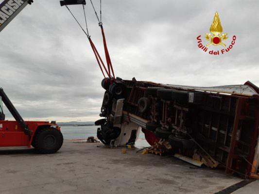 Tragedia sfiorata al porto di Catania, grosso mezzo cade in acqua: autista illeso – FOTO