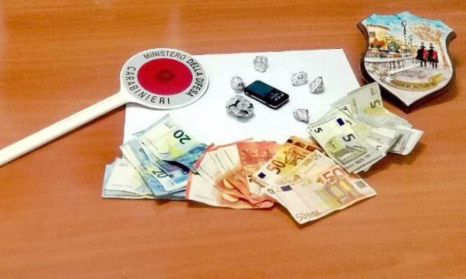 Droga nascosta tra garage, abitazione e auto: arrestate 4 persone nel Catanese