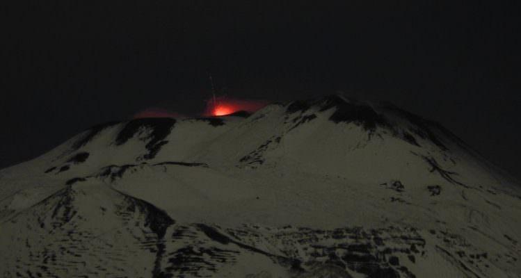 Neve e lava: l'Etna dà spettacolo