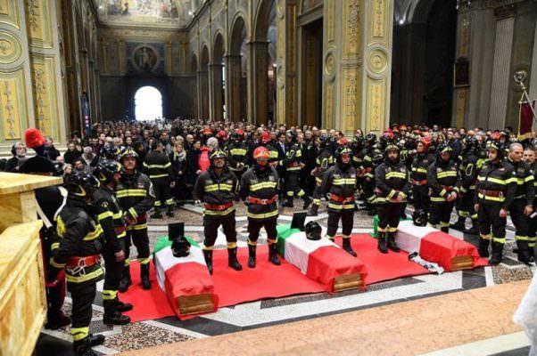 """Sirene, lacrime e applausi. I funerali di Antonino, Matteo e Marco e una madre che implora Conte di """"beccare i responsabili"""""""