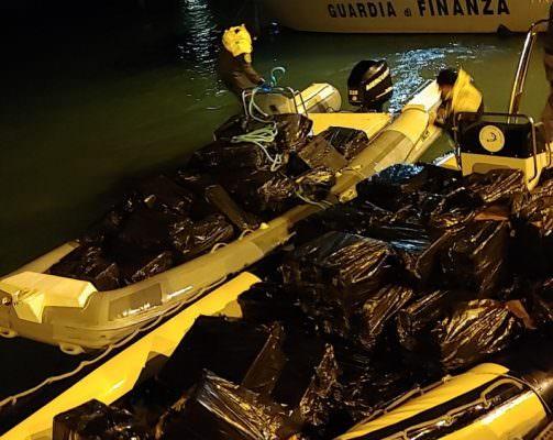 Contrabbando, sequestrate oltre 6 tonnellate di tabacchi e 160mila euro in contanti: 17 arresti
