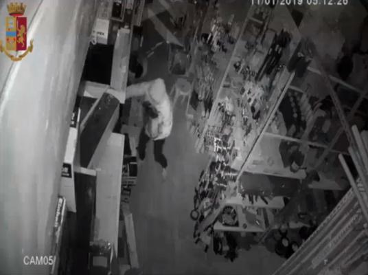 Malvivente svaligia due attività durante la notte, incastrato da un'impronta digitale: in manette 26enne – VIDEO