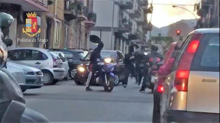 Rapinò e colpì con la pistola la sua vittima in via Cappuccini: arrestato 17enne latitante da mesi