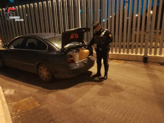 """Ladro fa il """"pieno"""" di carburante, la scoperta dei militari all'interno del bagagliaio: scatta la denuncia"""