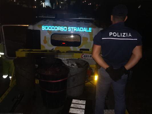 """Coltre di fumo nero e cattivo odore, carabinieri beccano due """"piromani"""": scattano le manette"""