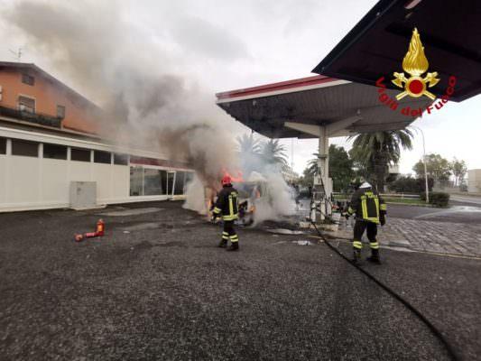 Furgone in fiamme lungo la Strada Statale 192: mezzo distrutto, intervengono i vigili del fuoco
