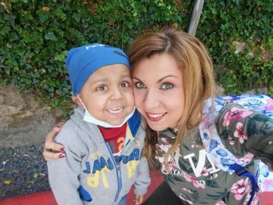 Nicolas, supereroe di 4 anni che lotta contro un male insieme alla mamma e al fratellino: avviata raccolta fondi