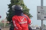 A Catania il Natale rende tutto possibile: due uomini e un albero sullo scooter in circonvallazione
