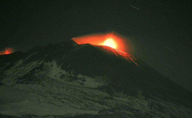 Etna in eruzione, intanto trema la terra nel Catanese: spettacolo e paura
