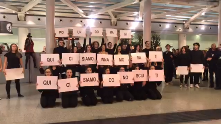 Proposta di matrimonio con flash mob all'aeroporto di Catania: ecco il romantico VIDEO