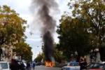 Paura in centro, fiamme e fumo da un'auto: traffico bloccato – VIDEO