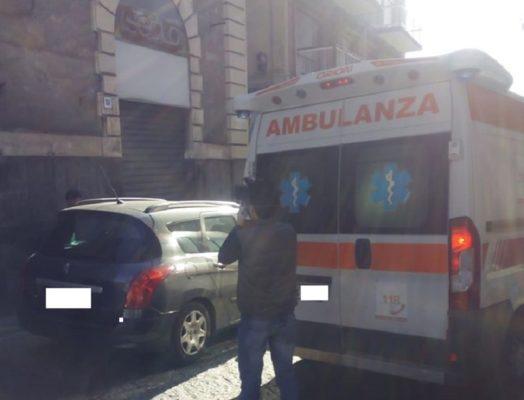 Paura in via Vittorio Emanuele, insegna si stacca e ferisce al volto un giovane