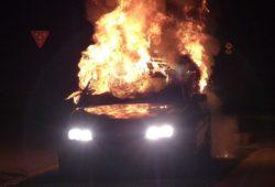 Incendio al Lungomare, 3 auto avvolte da fiamme e fumo: vigili del fuoco in azione