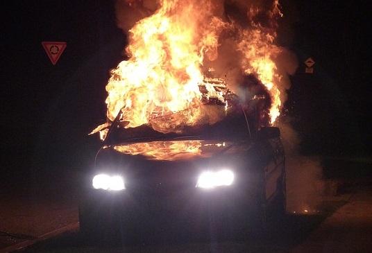 """Auto in fiamme sulla Statale 121 """"Catanese"""": traffico in tilt, disagi per gli automobilisti"""