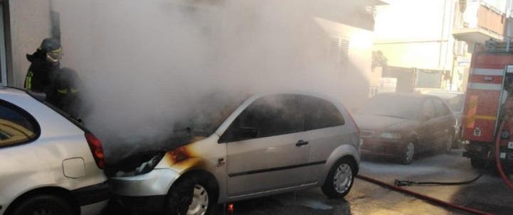 Citroen in fiamme in strada, ancora sconosciute le cause dell'incendio: sul posto i vigili del fuoco