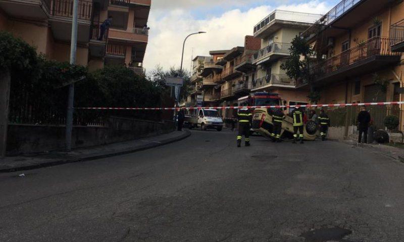 Grave incidente nel Catanese, scontro tra due auto in via Lazio: una si ribalta. Due feriti