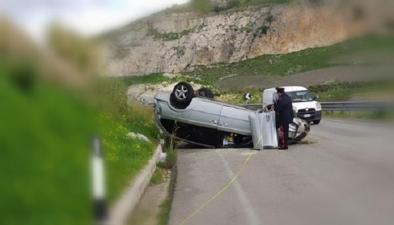 Grave incidente alle prime ore del mattino: scontro tra due auto, una si ribalta