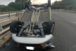 Rocambolesco incidente sulla A29, auto si ribalta dopo collisione: sanitari e polizia stradale sul posto