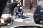 Catania, scontro auto-vespa in via Etnea: scooterista rimane a terra, traffico paralizzato – FOTO