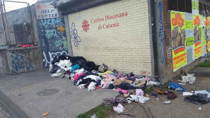 Donazioni disordinate all'Help Center di Catania: ingresso bloccato da montagne di vestiti
