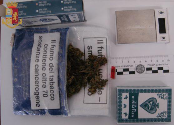 Notato dagli agenti con fare sospetto, viene trovato in possesso di marijuana. Non era la prima volta
