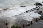 Alberi sradicati, mareggiate in strada e raffiche oltre i 100 km/h: le IMMAGINI della tempesta di Santa Lucia