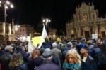 """Le """"sardine"""" straripano in piazza Duomo per il """"più grande flash mob ittico del mondo"""" – FOTO"""