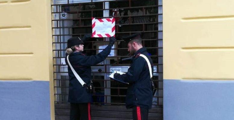 Negozi occupavano spazio del marciapiede: un sequestro e 7mila euro di multa