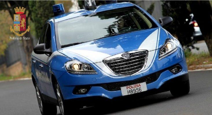 Auto rubata recuperata dagli agenti dopo un inseguimento. In fuga il presunto ladro