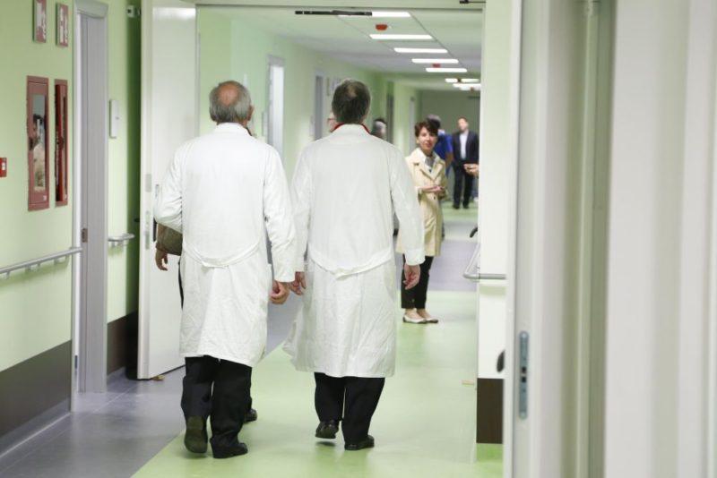Dalla fuga alla caduta, migrante prova a scappare dalla finestra del centro di accoglienza: è in ospedale