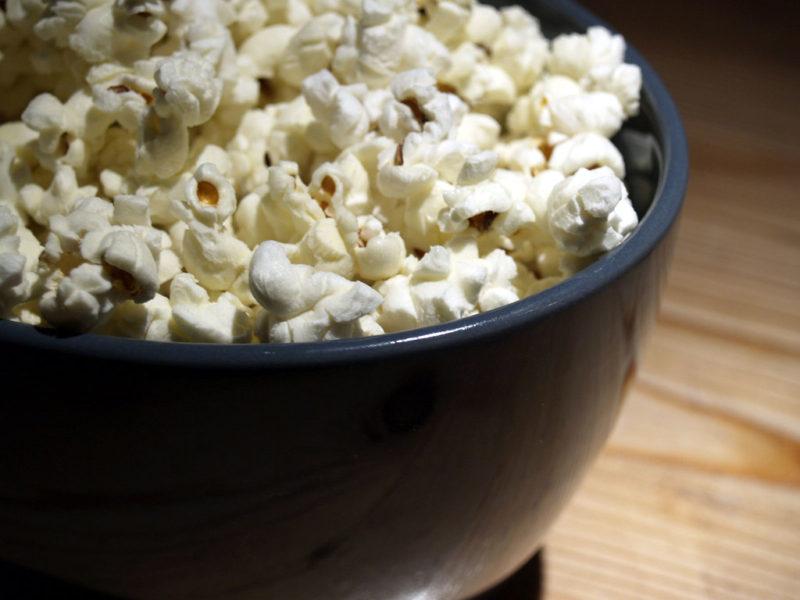 Pezzo di popcorn incastrato fra i denti: pompiere 41enne rischia la morte