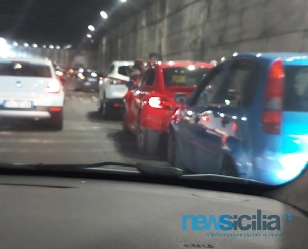 Incidente multiplo al viale Mediterraneo, traffico in tilt: quattro mezzi coinvolti, un ferito
