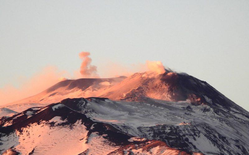 L'Etna continua a dare spettacolo nel 2020: esplosioni stromboliane ed emissioni di cenere
