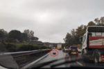 Incidente lungo la A18 nel Catanese, contatto tra due auto e un mezzo pesante: bombole di gas sulla carreggiata