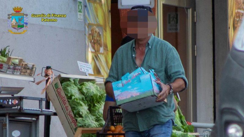"""Ennesimo """"furbetto del cartellino"""", timbrava e andava a fare la spesa o giardinaggio: denunciato dipendente comunale"""