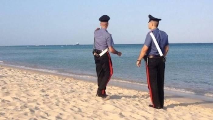 Con le tende nonostante i divieti, carabinieri li fanno sgomberare: finisce a rissa, gravi due donne