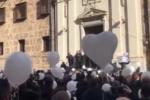 Musica, palloncini a forma di cuore, lacrime e applausi per Antonino Vassallo: oggi i funerali