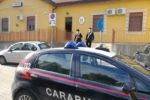 Rubano superalcolici da un supermercato, i carabinieri li beccano e bloccano la loro fuga: tre arresti per rapina impropria