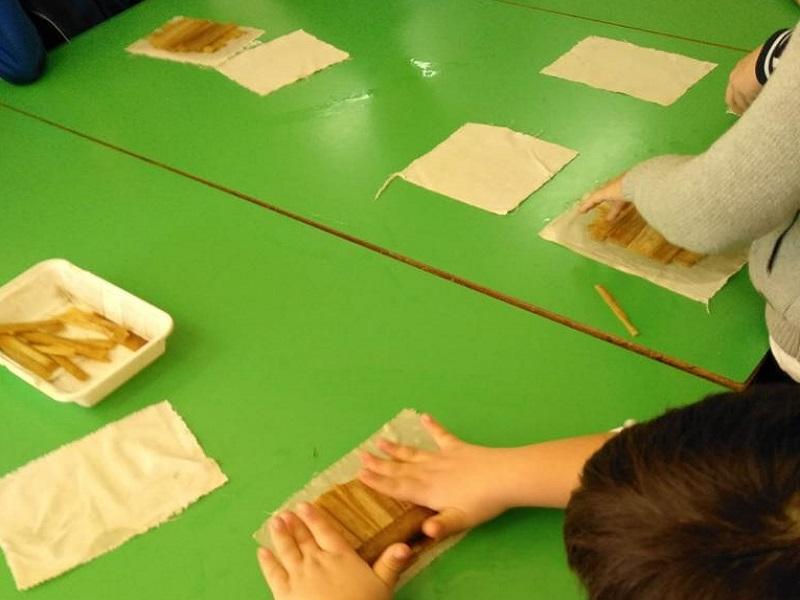 """Laboratorio """"produzione e scrittura sulla carta di papiro"""" per gli alunni del CD FAVA di Mascalucia – FOTO"""