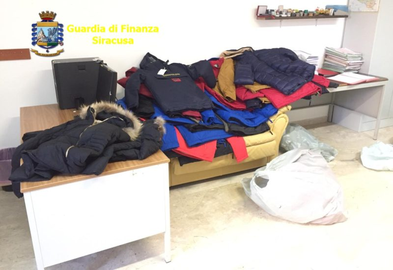 Giubbini contraffatti venduti al mercato, la Guardia di Finanza interviene e sequestra la merce