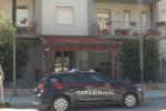 Pedina la donna che perseguitava da tempo, la vittima chiama i carabinieri: 47enne finisce agli arresti domiciliari