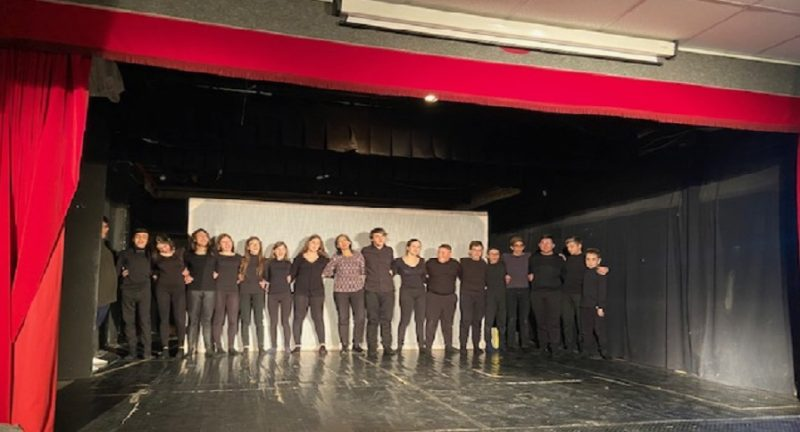 """All'IC """"P.S. Di Guardo-Quasimodo"""" la letteratura italiana diventa teatro: gli studenti commuovono il pubblico"""