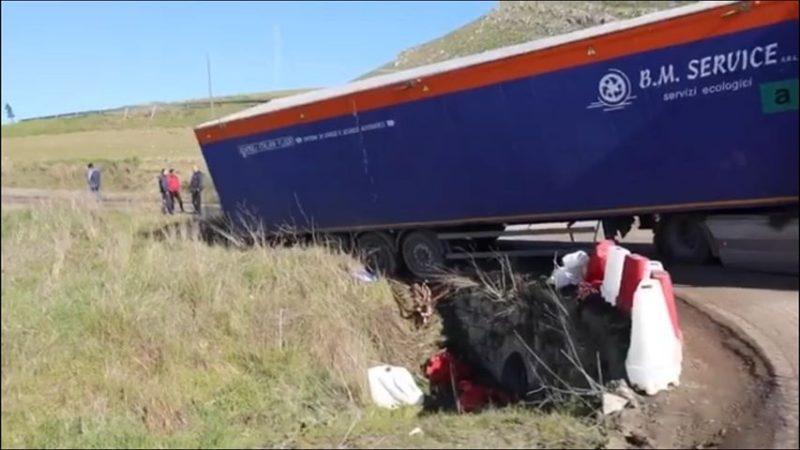 Odissea lungo l'A19 Palermo-Catania, camion esce di strada lungo la bretella: traffico bloccato per ore